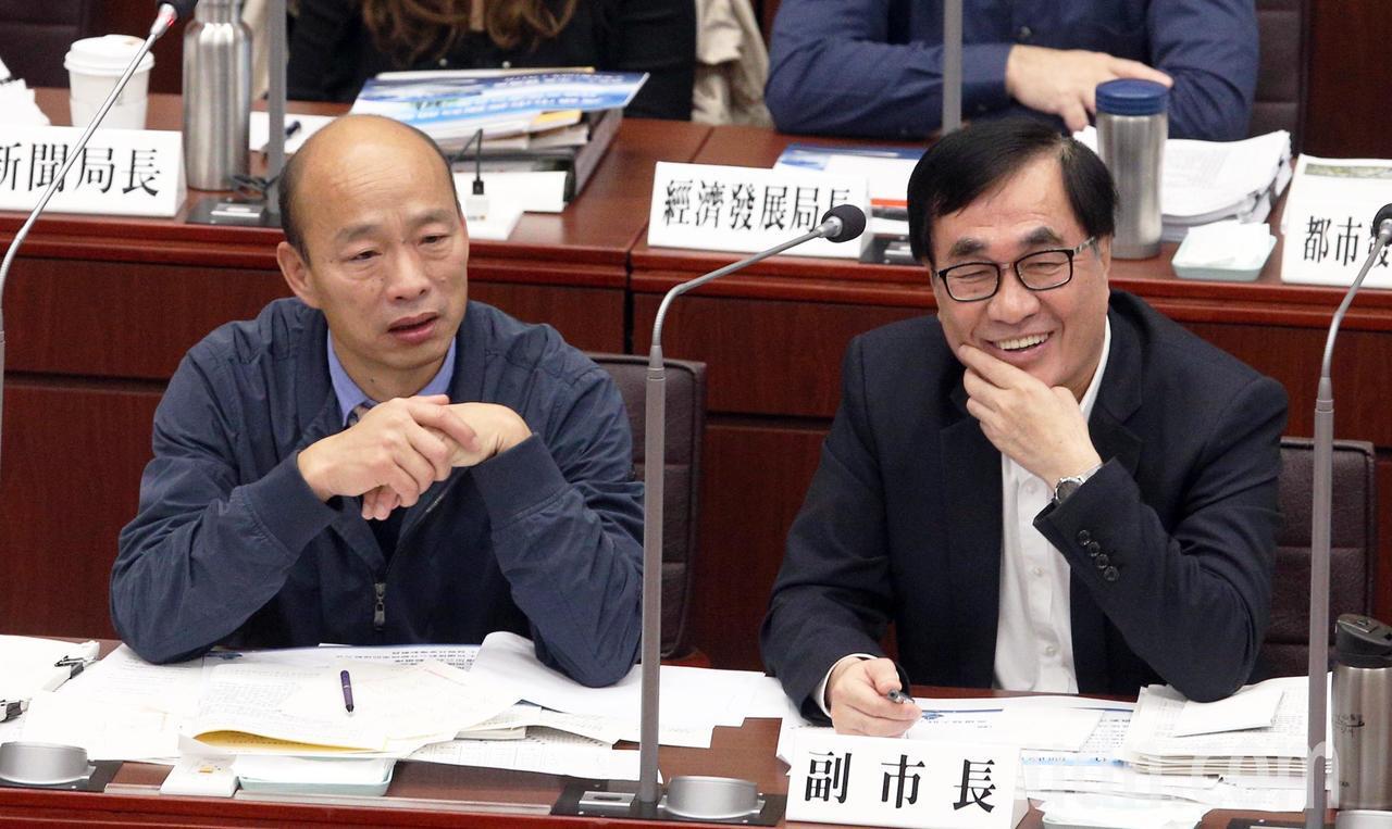 高雄市長韓國瑜(左)今天上午首度進議會接受質詢。記者劉學聖/攝影