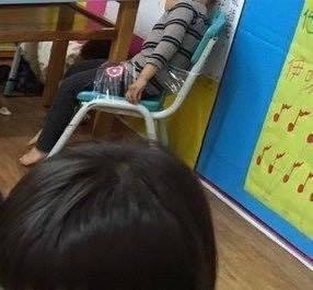 王姓男童在幼兒園被以膠帶綑綁在椅子上。圖/人本教育基金會提供。