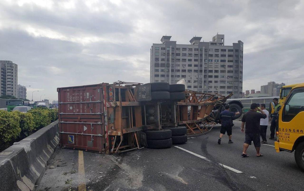 國道1號五甲交流道附近聯結車車禍,1輛聯結車後載的貨櫃翻覆。記者林保光/翻攝