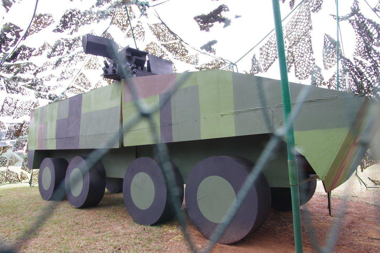 以木合板製作的假雲豹裝甲車。記者程嘉文/攝影