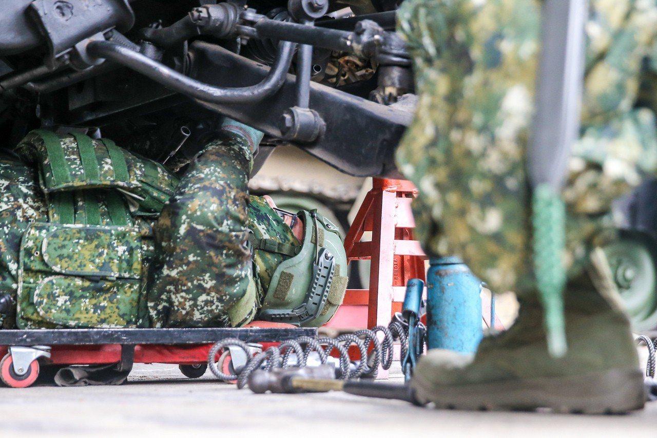 躺在車底下修車的官兵。記者鄭清元/攝影