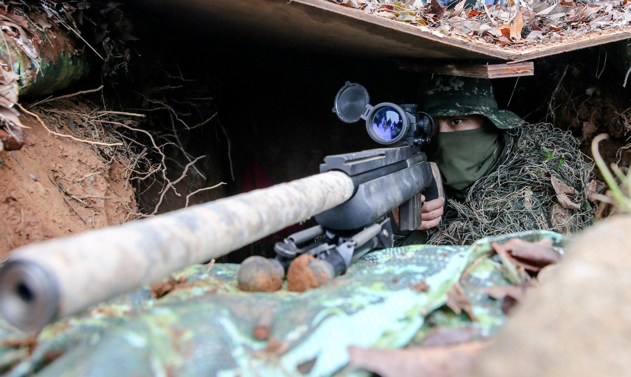 依據地形地物埋伏的狙擊手。記者鄭清元/攝影