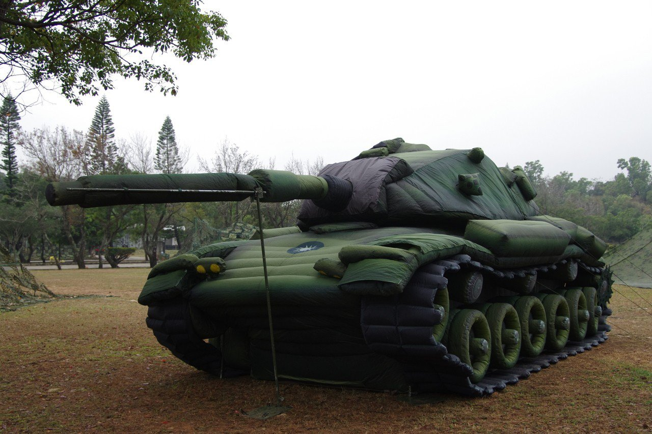 充氣式假戰車。記者程嘉文/攝影