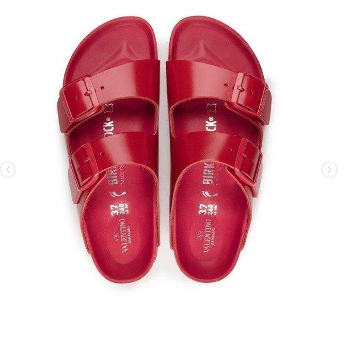 Birkenstock也換上經典的「Valentino紅」。圖/摘自ig
