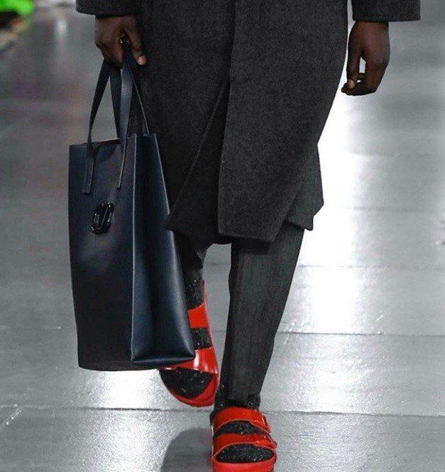 Valentino與Birkenstock合作,搭配長褲和襪子增添街頭隨興風。圖...
