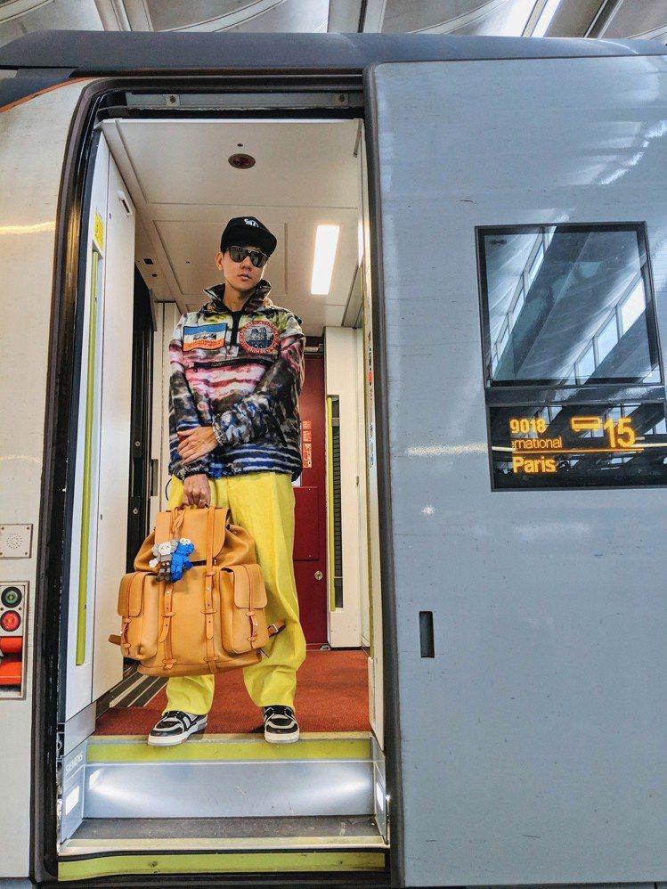 林俊傑以視覺效果強烈的機場穿搭前往法國,作為路易威登2019秋冬男裝秀嘉賓。圖/...
