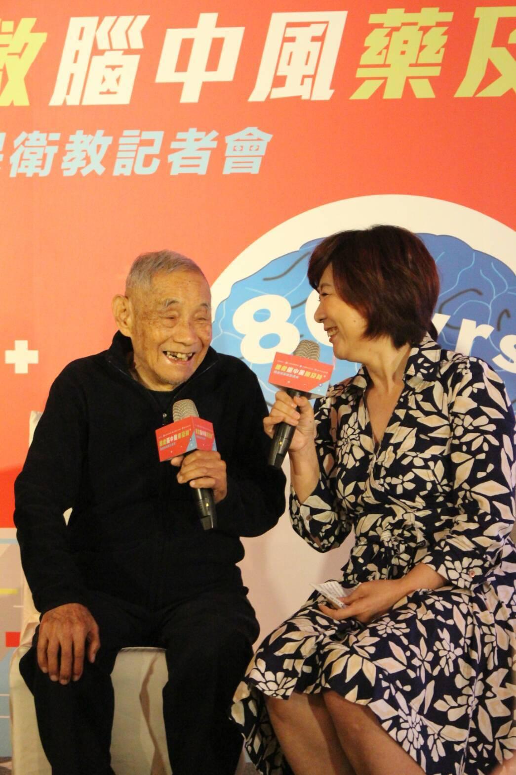 今年87歲的陳爺爺(左)兩年前中風,被醫師評估已為中度殘障,緊急施打靜脈血栓溶解...