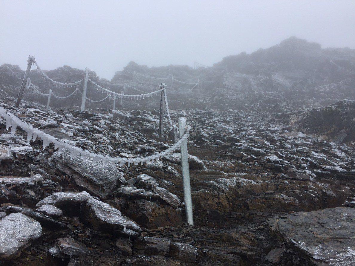 天冷,但濕度不夠,玉山北峰今天清晨出現霧淞結冰。圖/玉管處提供