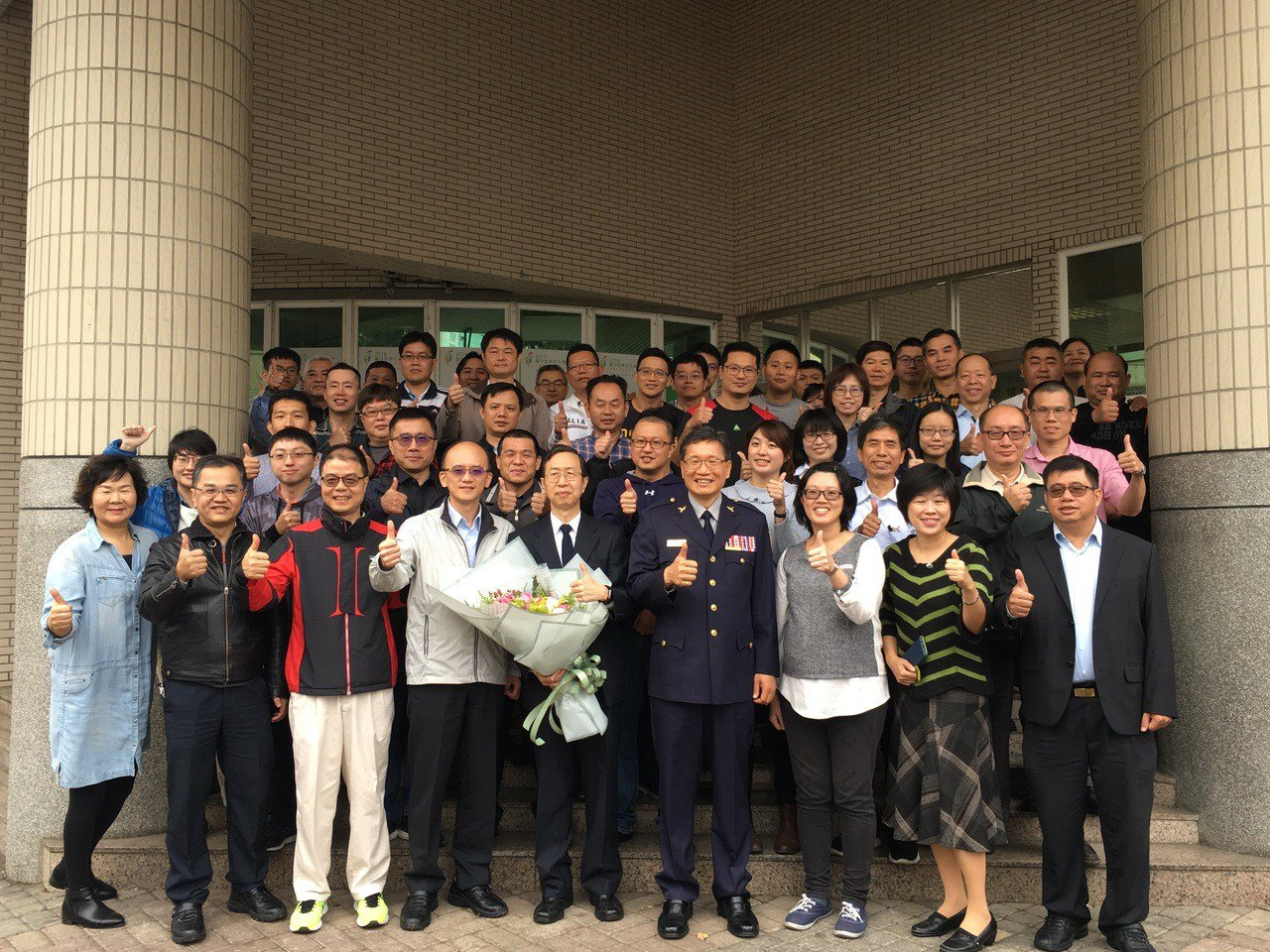 警界「長跑勇腳」陳仁輝(拿花束者)昨屆齡退休,允諾每年參加一場國際馬拉松賽事,讓...