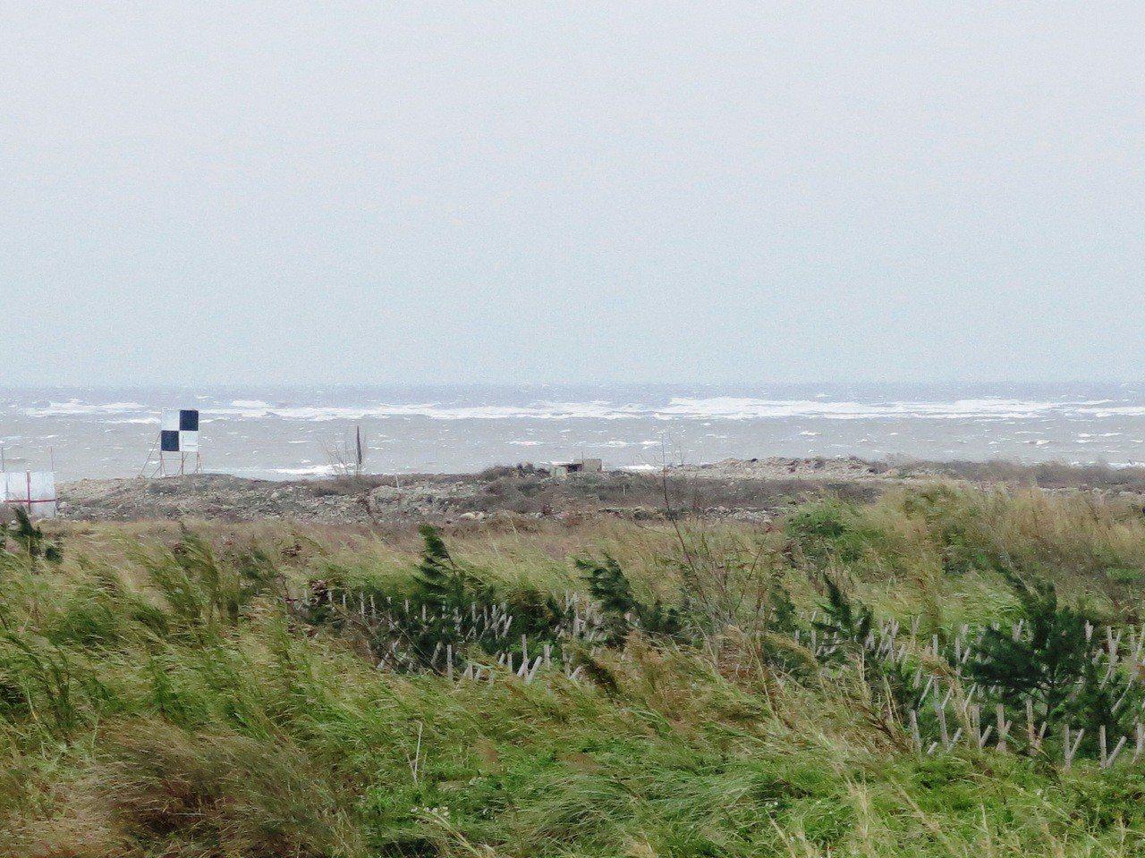 清水番仔寮陣地甲南海灘,是中部某軍團實施火砲實彈射擊的重要演習場地。記者黑中亮/...