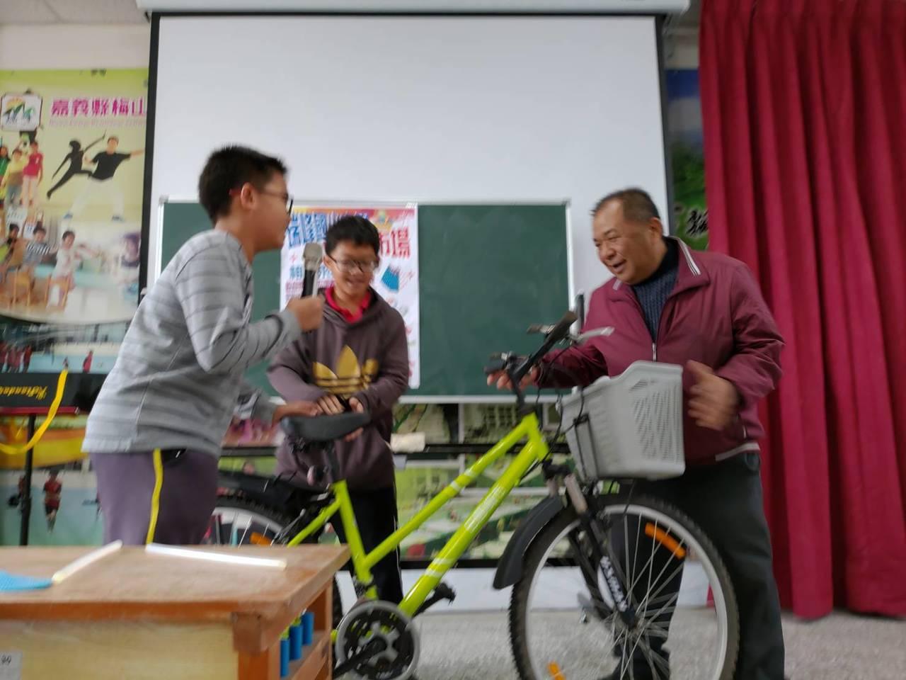 村長葉永鑫標下單車,並捐出給學校辦親子健行及淨山的摸彩品。圖/瑞峰國小提供