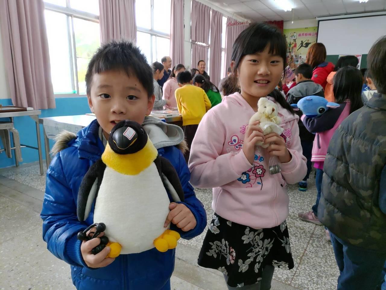 學生們都很高興的參與跳蚤市場。圖/瑞峰國小提供