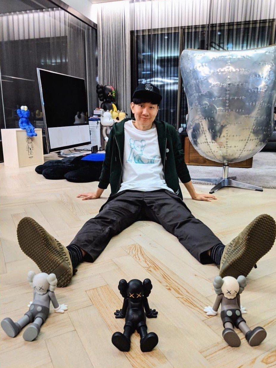 林俊傑和《KAWS:HOLIDAY Taipei》限量版7吋坐姿限量公仔,公仔各...