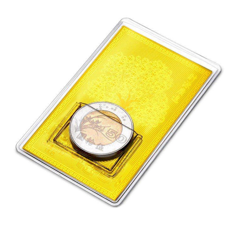 台灣限定金鈔錢母系列金卡獻財貔貅卡套包裝,2,500元起。圖/周大福提供