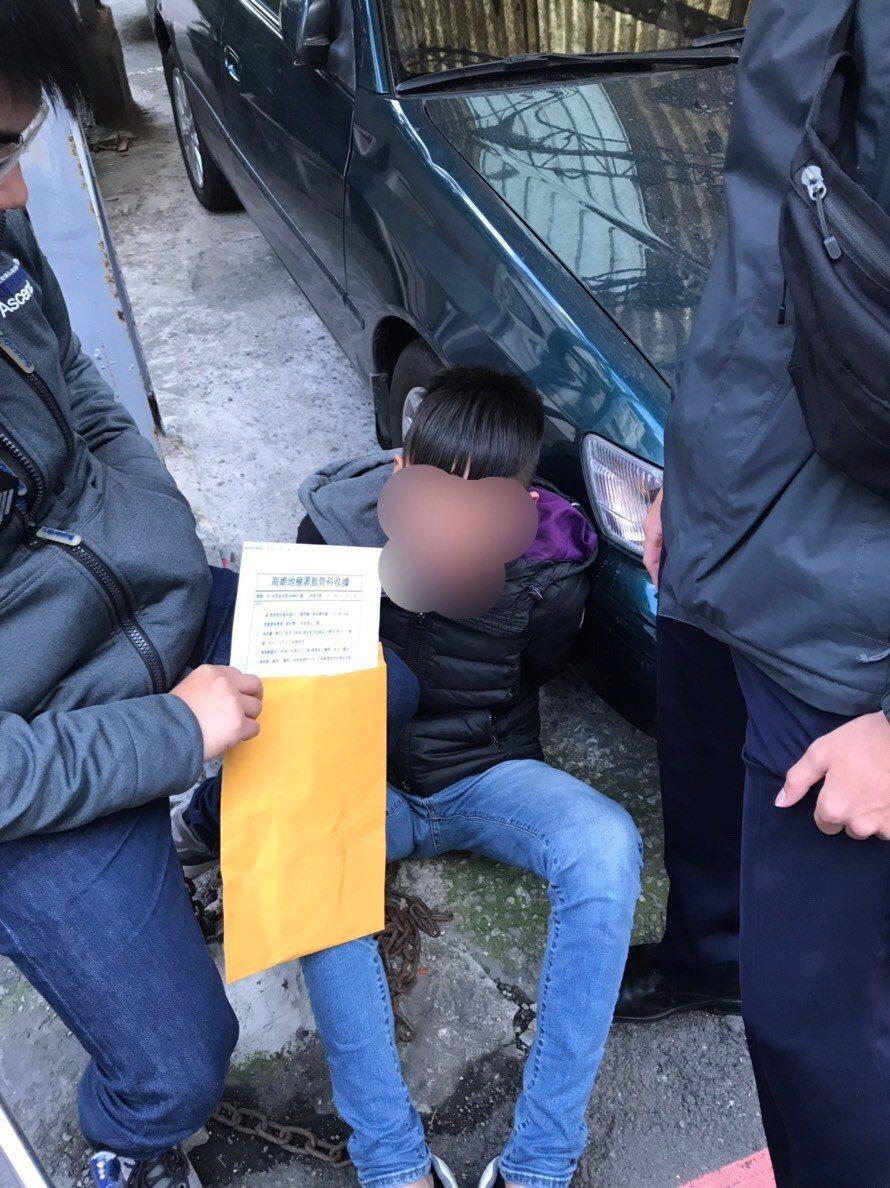 詐騙集團車手黃姓男子日前假冒檢警人員出面向被害人取款時,為埋伏的中和警方當場逮捕...