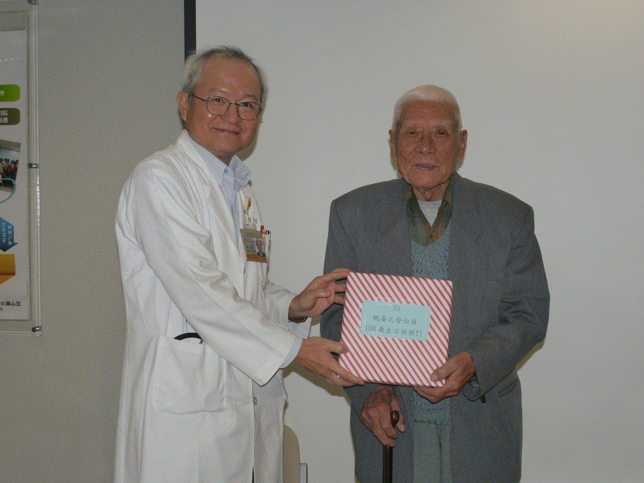 鳳山醫院院長廖上智(左)贈送生日禮物。記者徐白櫻/攝影