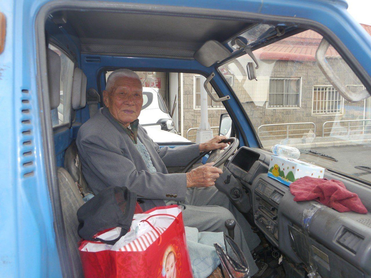 姜之發保持開朗心情,自己開車出門上課。記者徐白櫻/攝影