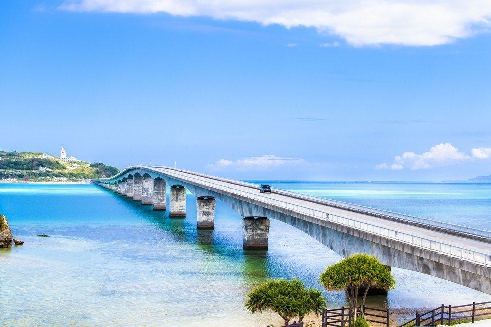 沖繩縣擁有絕美景觀的古宇利大橋。圖/樂天旅遊提供