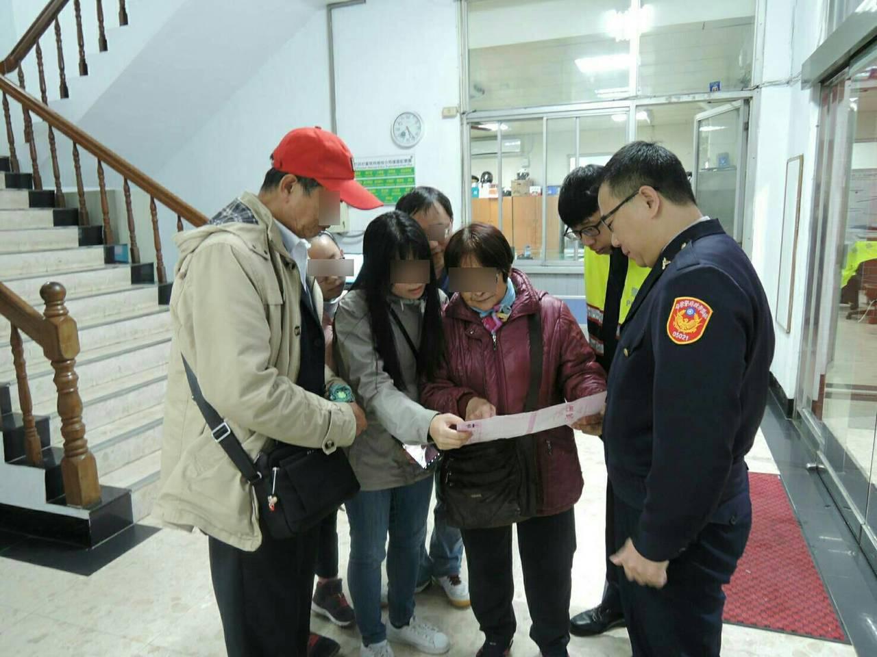 陸客付男和家人找到嬸嬏(中紅衣)並知道叔叔已經過逝3年。記者鄭國樑/翻攝