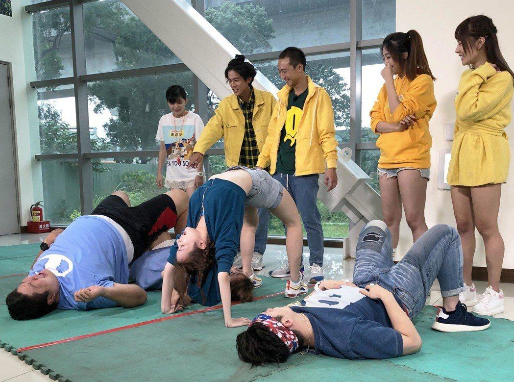 地板動作有許多搞笑的姿勢。圖/民視提供