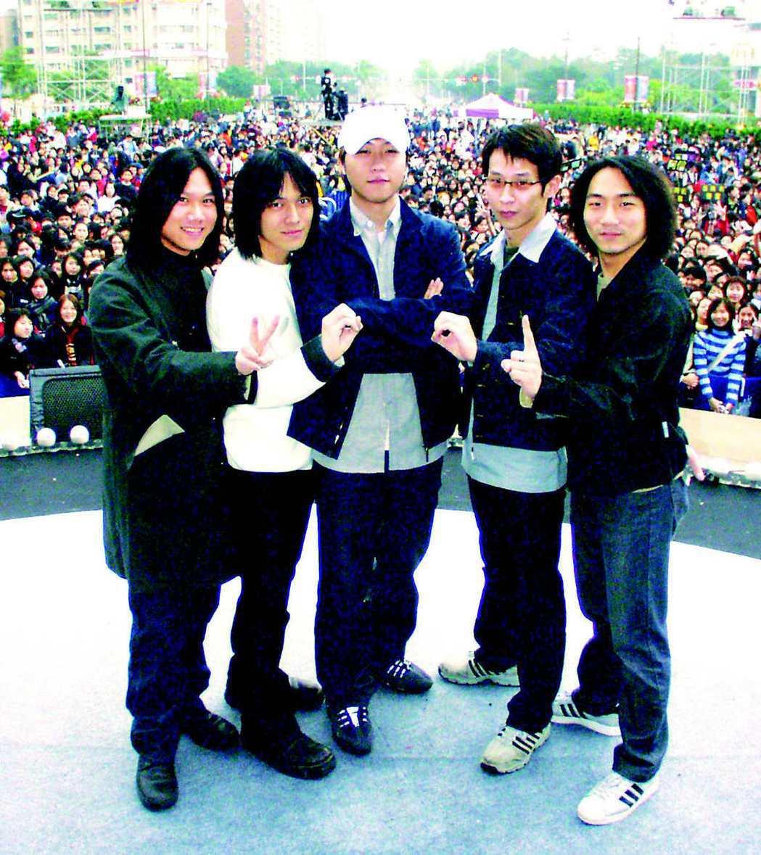 2001年五月天在「台北新世紀200e」跨年晚會唱壓軸。圖/本報資料照