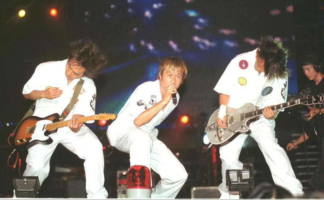 2001年五月天在七夕情人節於高雄市中山體育場演出。圖/本報資料照