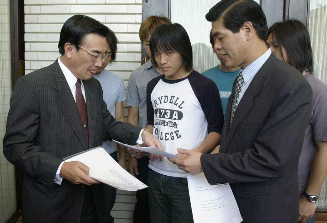 「五月天」怪獸2000年到立法院向經濟部部長林信義(左)陳情,希望能加強取締,著...