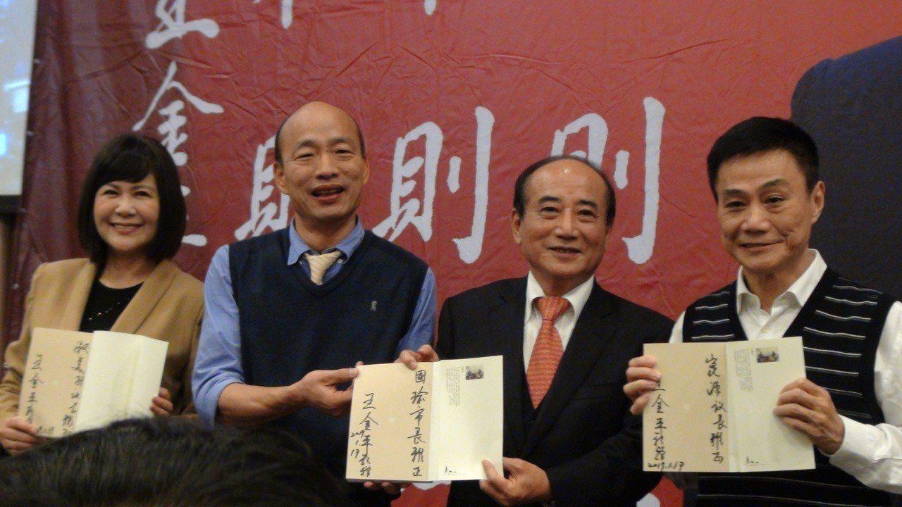 王金平在自己的書上簽名分別送高雄市長韓國瑜、議長許崑源、副議長陸淑美。記者謝梅芬...