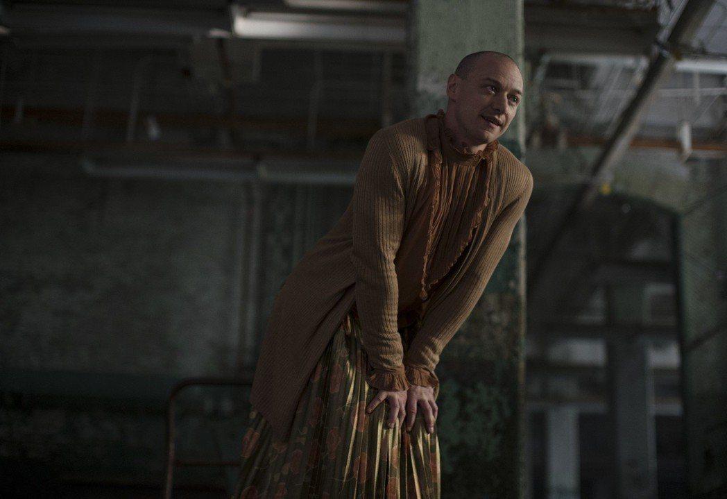 詹姆斯麥艾維在「異裂」也有穿女裝、強調女性人格的造型。圖/迪士尼提供