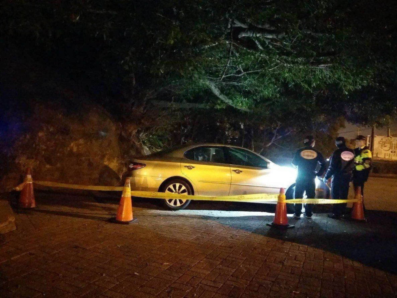 台中市南屯區望高寮夜景公園今天被遊客發現,有男子陳屍在轎車內。記者陳宏睿/翻攝