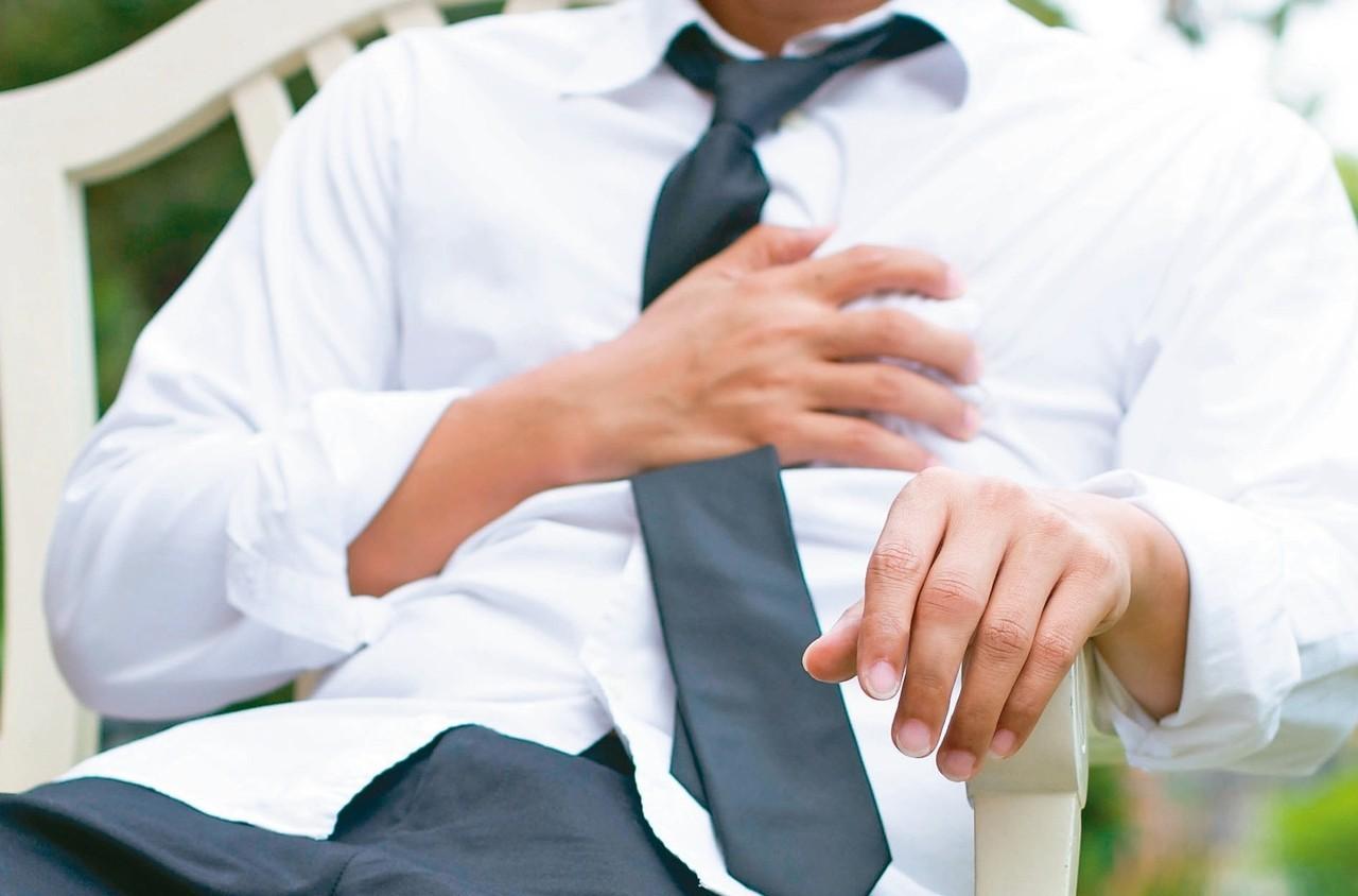 心肌梗塞常見症狀是呼吸急促、全身冒冷汗,無力癱軟在椅子上,胸悶等。 圖/123R...