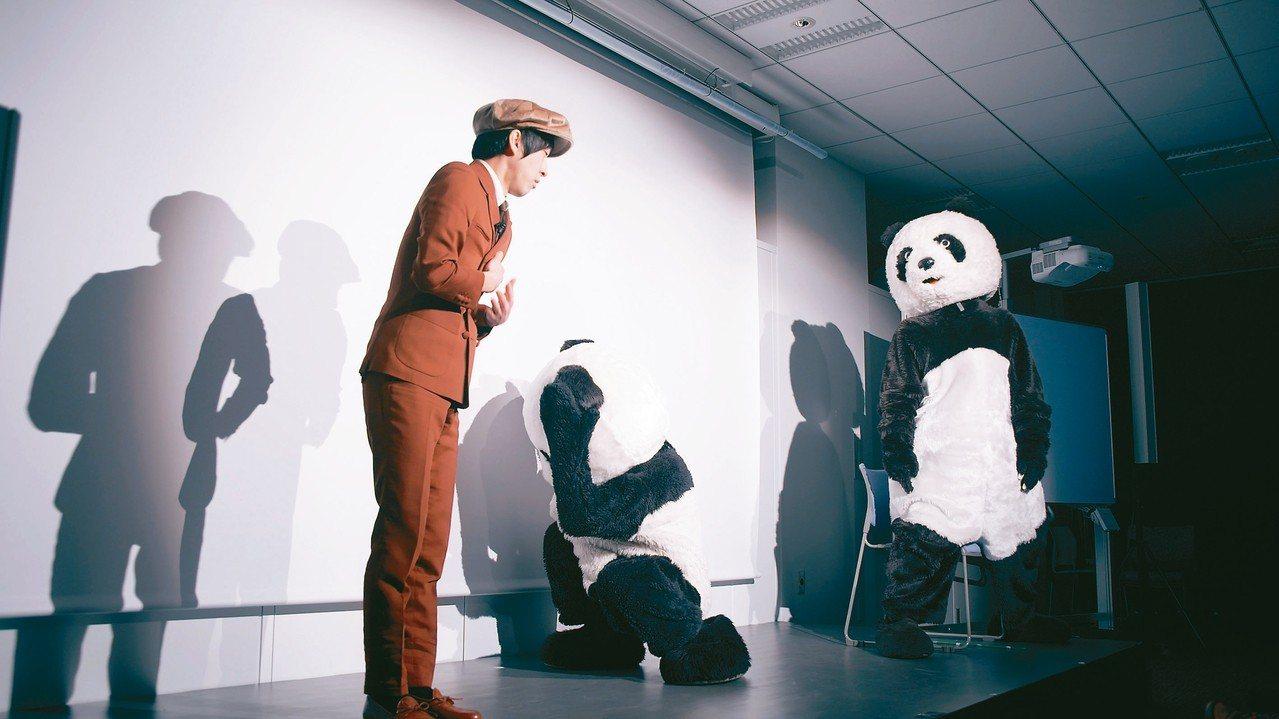 尊彩藝術中心展出許家維「黑與白─熊貓」。 圖/台北當代藝術博覽會提供