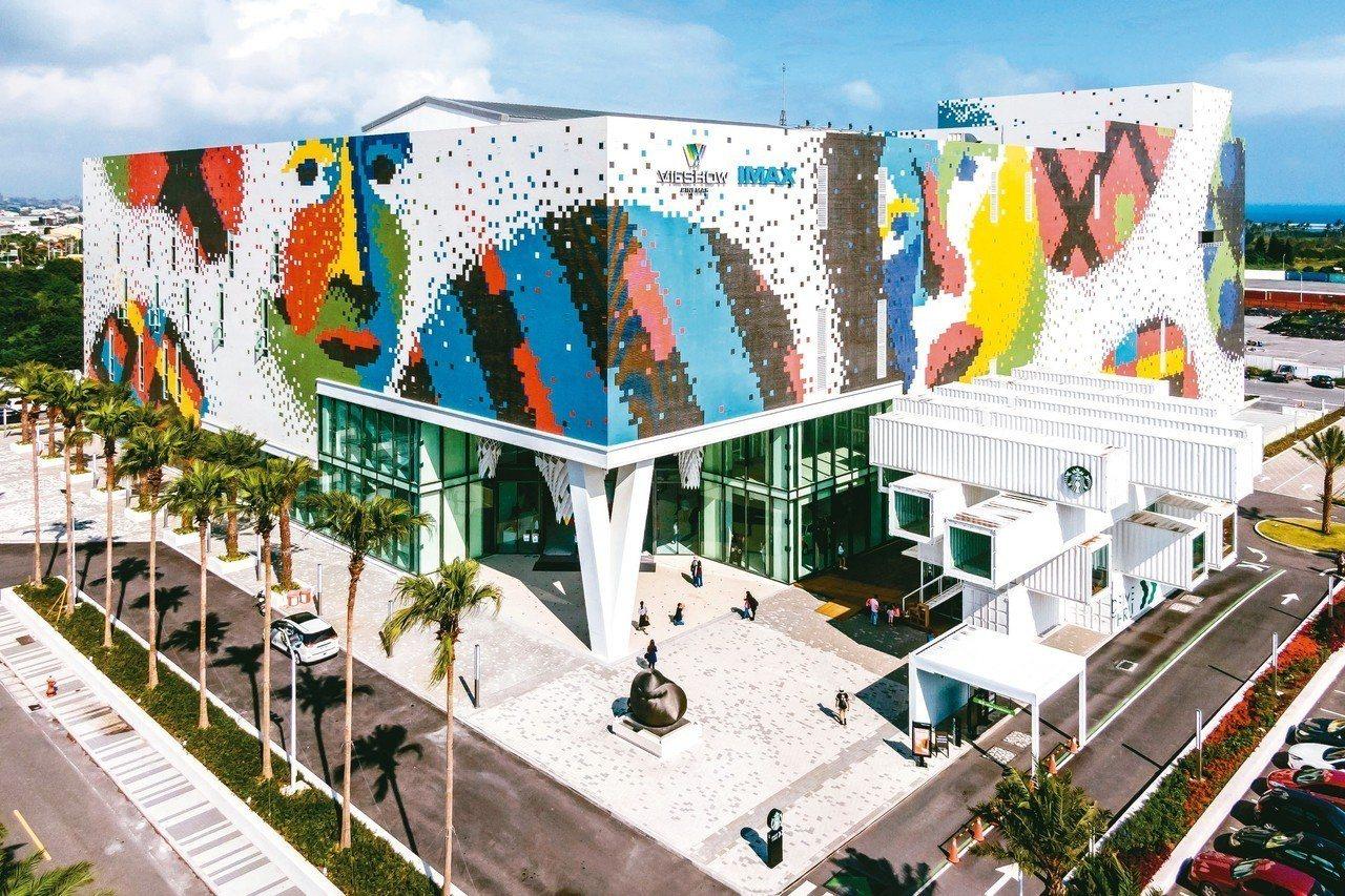 花蓮新天堂樂園外牆用174萬瓷磚拼湊成,昨獲金氏世界紀錄認證為世界最大瓷磚壁畫。...