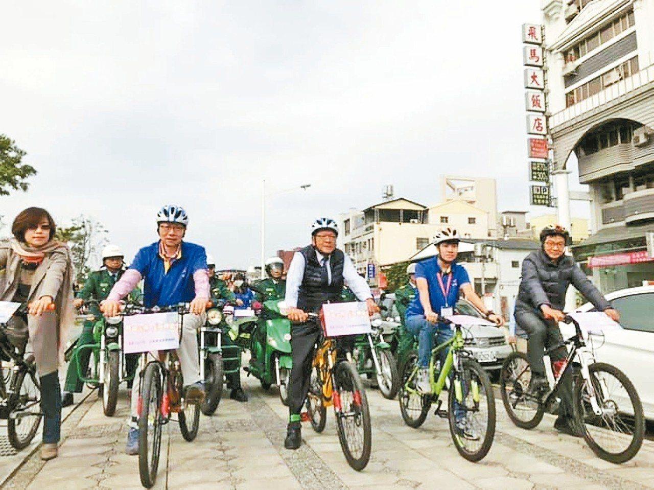 第一班雞湯送暖列車,由屏東縣長潘孟安(中)領軍。 記者江國豪/攝影
