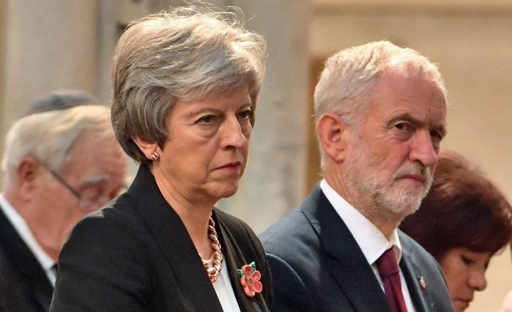 英國首相梅伊(左)與反對黨工黨領袖柯賓。 (法新社)