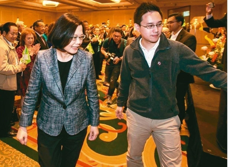 口譯哥趙怡翔(右)與蔡英文總統。 圖/取自蔡總統臉書