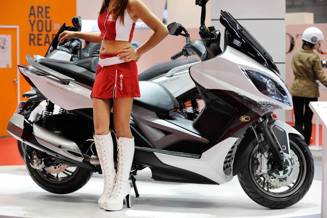 車展中展示新型機車,即使是重機,也以節能環保為賣點。(法新社)