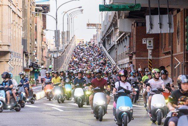 台北橋「機車瀑布」多次登上國際版面,是連接台北市、新北市重要橋樑,轄區警方統計,...