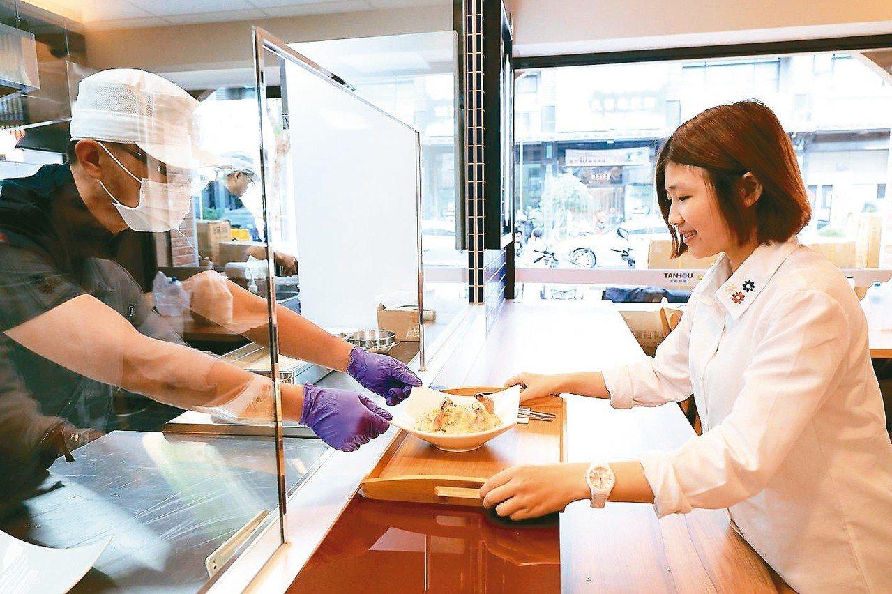 全家高雄天誠店餐廳區主打食材健康有機、現點現做。 全家便利商店/提供