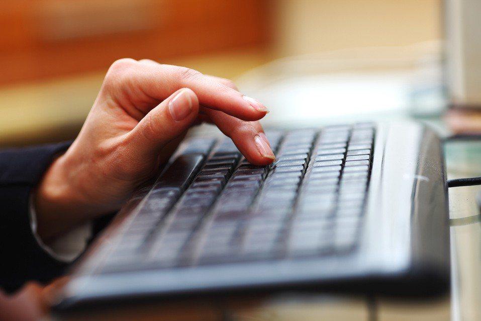 一名網友表示工作輕鬆離家又近,月薪每個月有30K,年終6個月,卻感覺每天都像在耍...