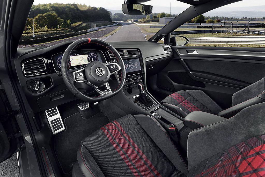 福斯Golf GTI TCR擁有專屬新造型運動雙前座椅,中央附有紅色彩繪造型以及...