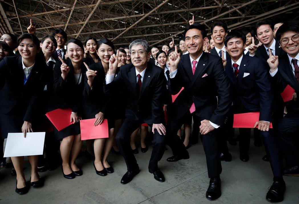 日航社長赤坂佑二(中)在今年1月1日表明,將防止機師飲酒列為新年度的目標,也誓言...