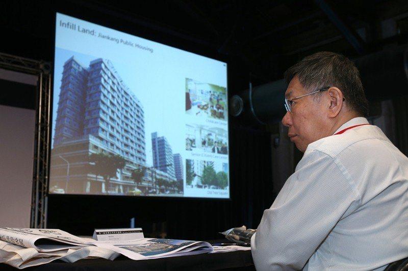 2018年10月,台北市長柯文哲出席第三屆亞洲公共住宅論壇說明公共住宅政策。 圖...