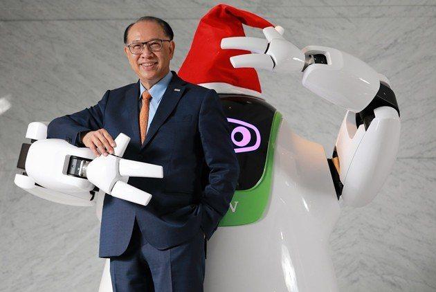 站在自家研發的機器人前,上銀董事長卓永財強調,若只想等風險與成本較低才投入工業4...