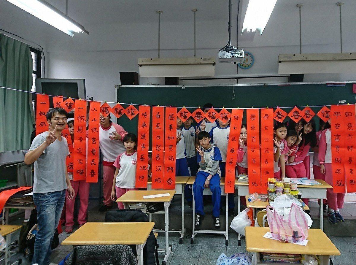 汐止的北峰國小舉辦迎春揮毫活動,全校一到六年級學生一起寫春聯,讓校園充滿過年氣氛...