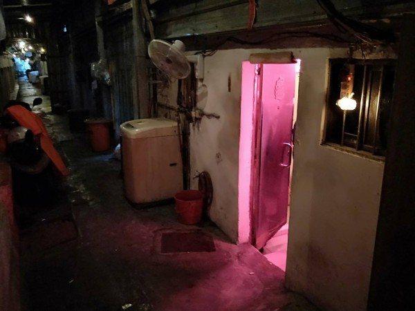 基隆市警方昨天下午掃蕩有「鐵路街」之稱的龍安街,當場查獲6名假觀光來台真賣淫的泰...