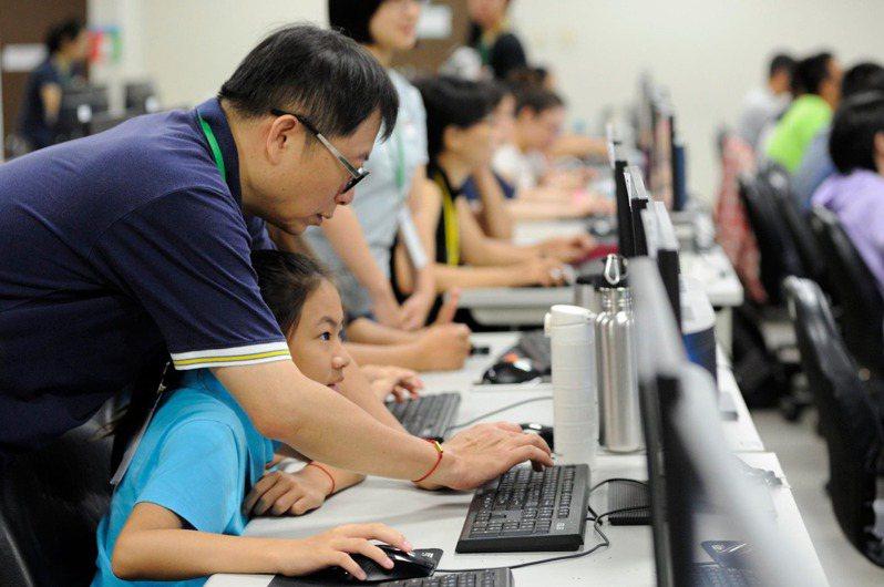 成大資工系教授蘇文鈺(左)多年前起下鄉教偏鄉學生程式課程。圖/愛自造協會提供