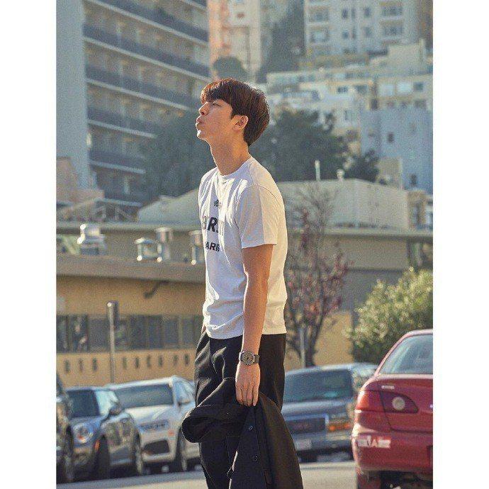 孔劉穿Berluti在舊金山拍攝《Harper's Bazaar Korea》雜...
