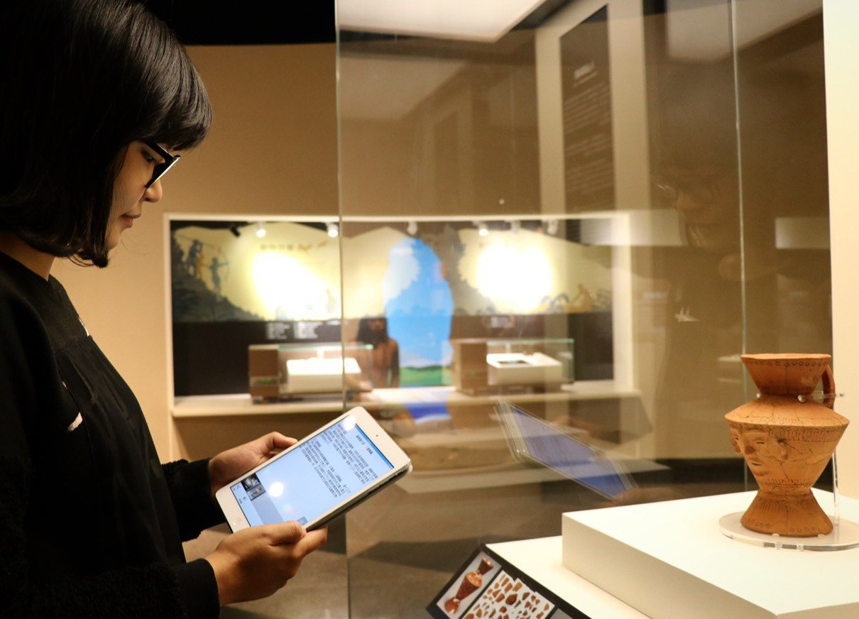 使用智慧型手機的beacon自導式導覽十分便利。十三行博物館╱提供