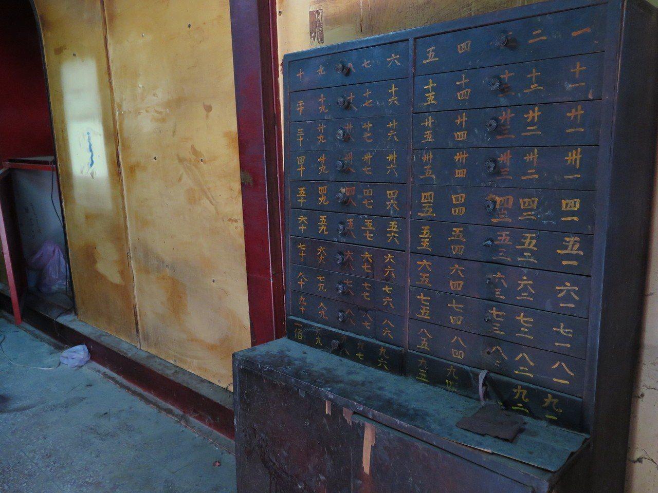 桃園西廟還留有傳統籤詩桶,廟方表示會保留。記者張裕珍/攝影